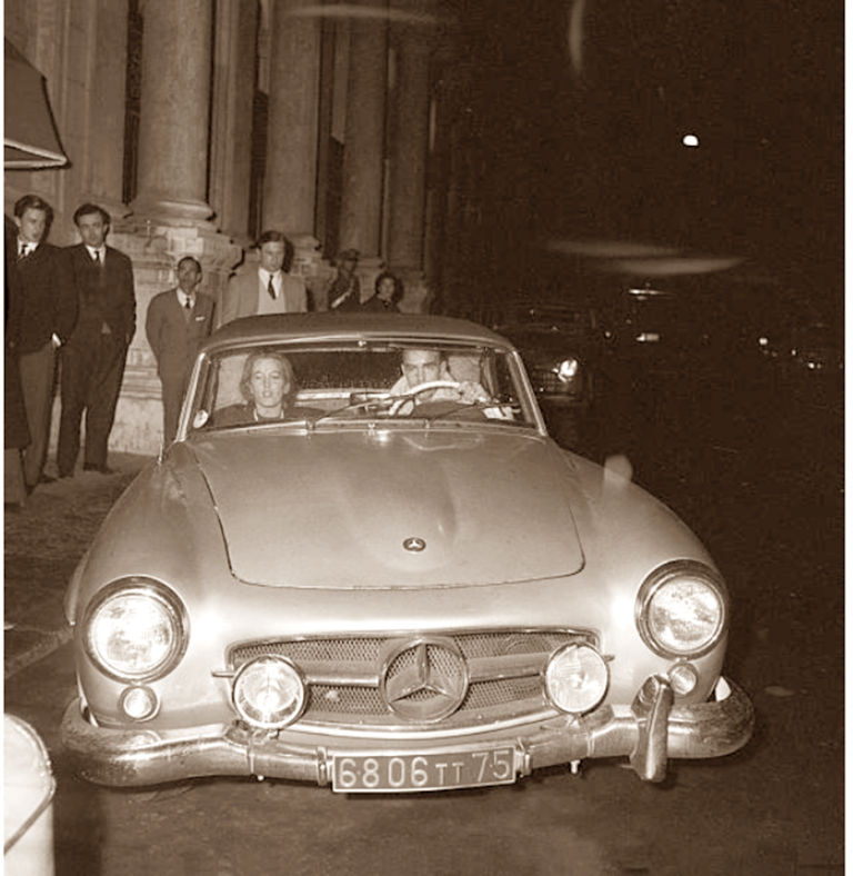 Italian writer Olghina de Robilant (Olga Nicolis di Robilant e di Cereaglio) and American billionnaire Peter Howard Wanderbilt driving a Mercedes. Italy, 1958 (Photo by Reporters Associati & Archivi\Mondadori Portfolio via Getty Images)